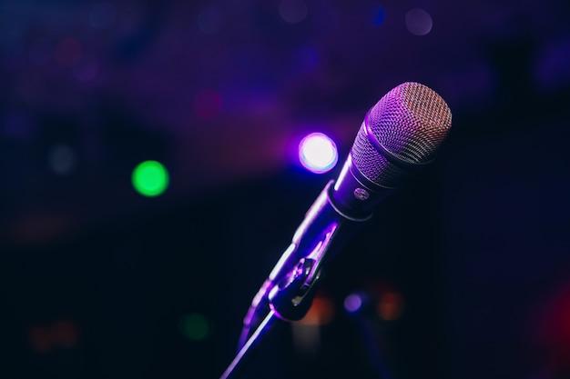 Микрофон в стойке на вечеринке. караоке вечеринка. вокальный микрофон.