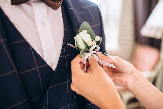 メンズアクセサリー、革ベルト、香水、蝶ネクタイ、新郎の金の指輪、時計、白いテーブルの花嫁。ビジネスマン服詳細コンセプト