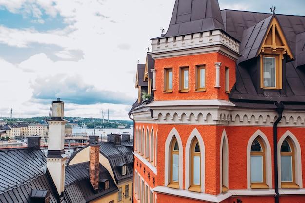 Узкая улица старого города. гамла стан, самая старая часть стокгольма, швеция. скандинавия, северная европа. архитектурная достопримечательность стокгольма. солнечная погода с голубым небом