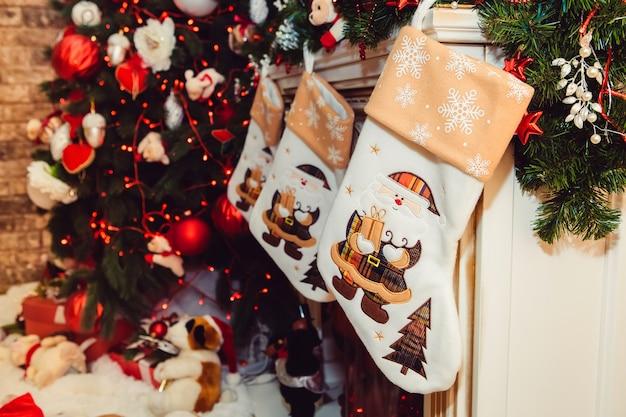 暖炉のあるクリスマスのインテリア