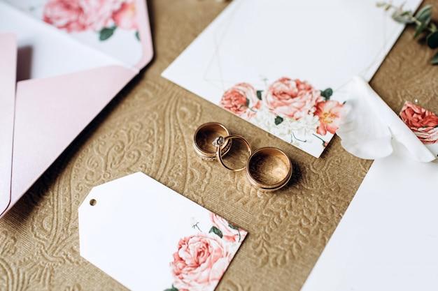 結婚式の招待状、結婚指輪、花嫁のエレガントなアクセサリーの豪華なセット