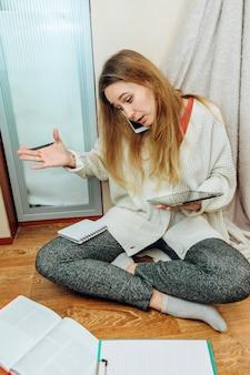 Девушка вынуждена работать на дому из-за эпидемии коронавируса. остаться дома.