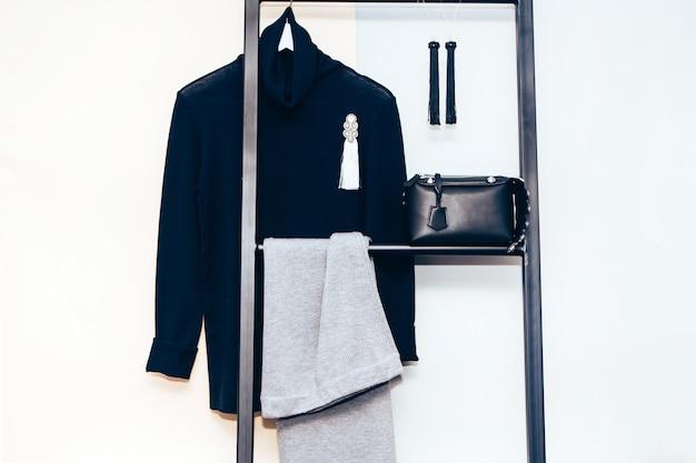 Женский гардероб. вязаный кардиган, серьги, сумка. повседневная одежда.