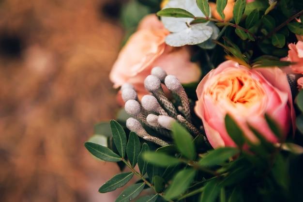 バラ、シャクヤク、カーネーションと花の花束。ピンク色の繊細な花束。ユーカリの葉。