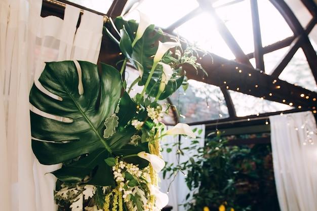 Деревенское свадебное украшение. монстера уходит в свадебный декор.