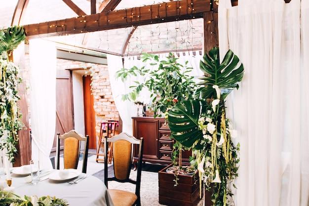 素朴な結婚式の装飾。モンステラは結婚式の装飾に残します。