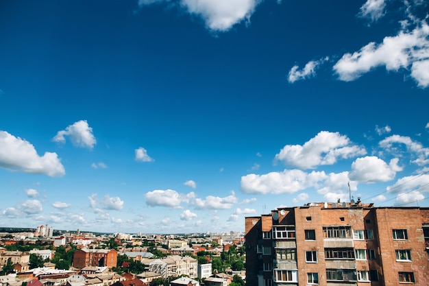 東ヨーロッパの高層住宅。街の青い空。住宅。みすぼらしい高層ビル。