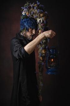 Человек с лампой в темной комнате