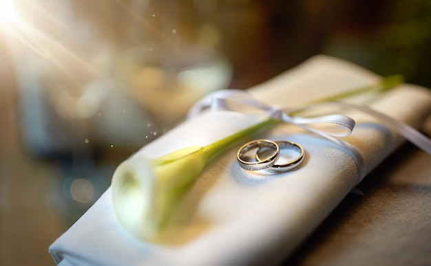 花の結婚指輪はリボンで結んだナプキンにあります