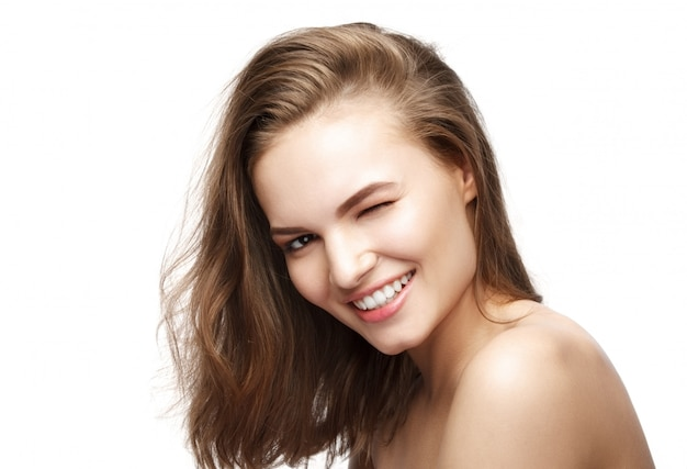 美しいセクシーな魅力的なかわいい女の子のウィンクと笑顔