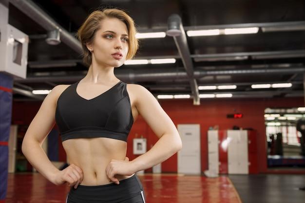 Молодая красивая женщина спортсмена в спортзале