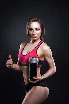 Фитнес женщина с шейкер