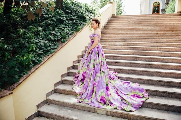 Красивая молодая невеста в роскошном свадебном платье