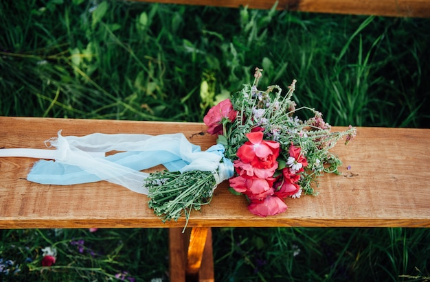 木製の板にバラのブライダルブーケ