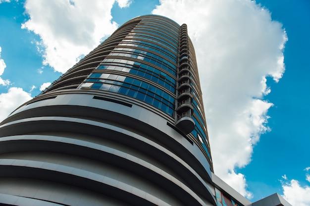モダンな建物ウクライナ。ダウンタウンの高層ビル