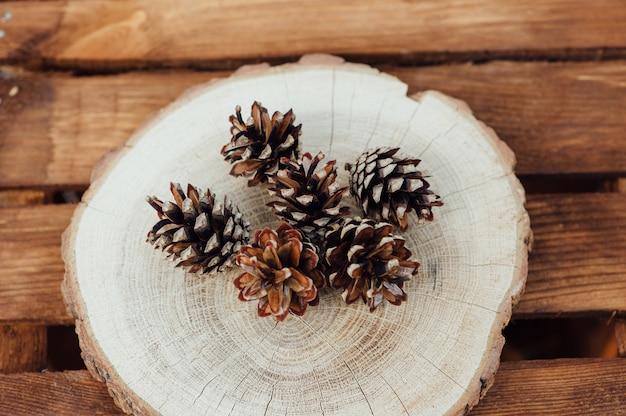 木製のテーブルの松ぼっくり