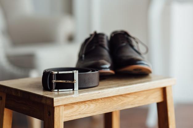 Жених установил одежду. обувь и галстук-бабочка