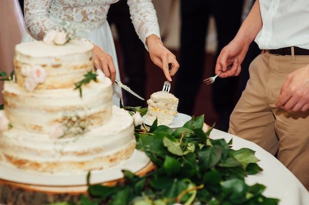 Красивый вкусный белый свадебный торт