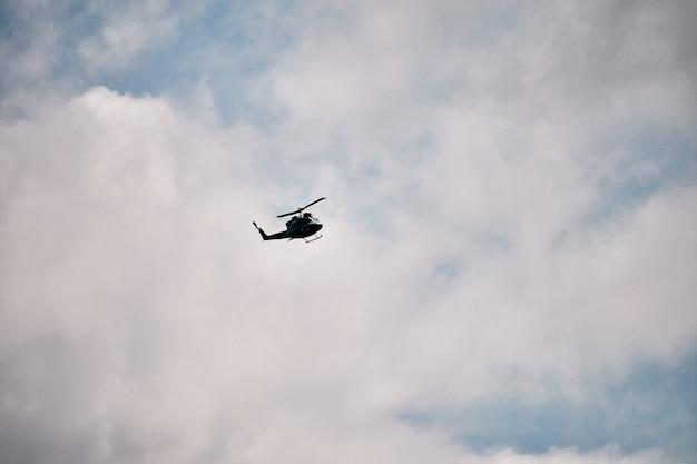 雲の上を飛んでいるヘリコプター