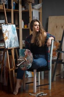Портрет молодого художника в окружении картин