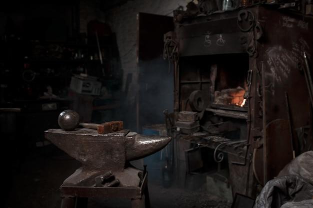Наковальня в кузнечной мастерской