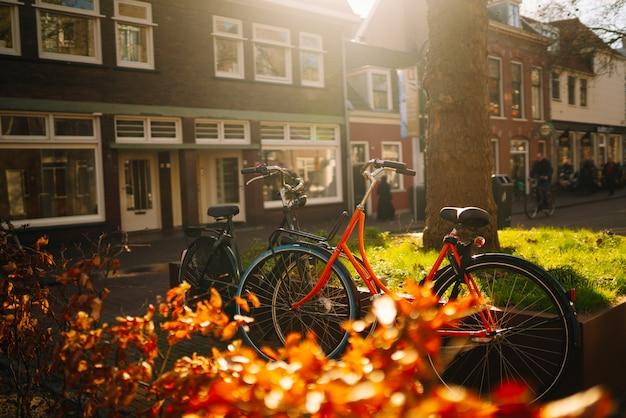 アムステルダムの路上で自転車がたくさん。美しい晴れた日、春の時間。写真の旅と自由のコンセプト