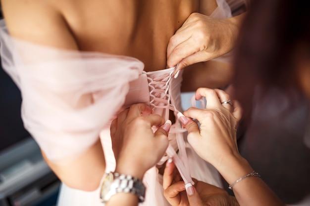 花嫁はウェディングドレスを着る。花嫁の朝。