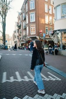 晴れた日に美しい少女の肖像画。アムステルダムの通り。素晴らしい気分。