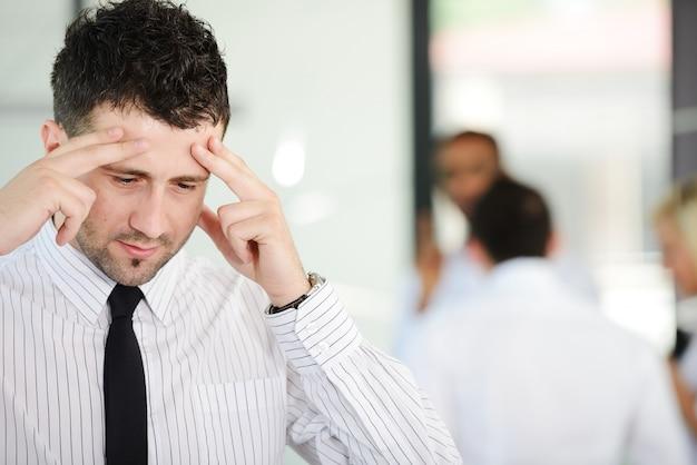 オフィスでストレスや不安を抱えるビジネスマン