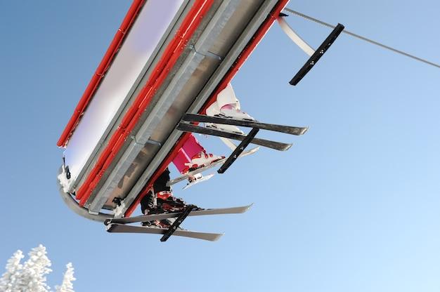 スカイスカイリフトはスキーヤーを運ぶ。