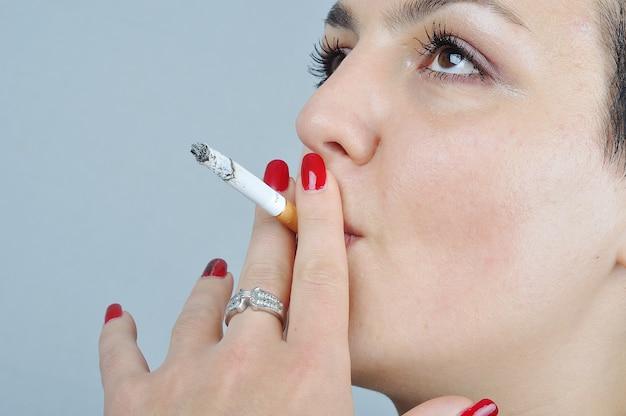 Молодая женщина курит