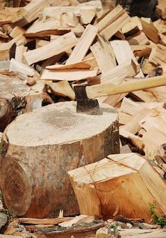冬のための斧で準備された木材