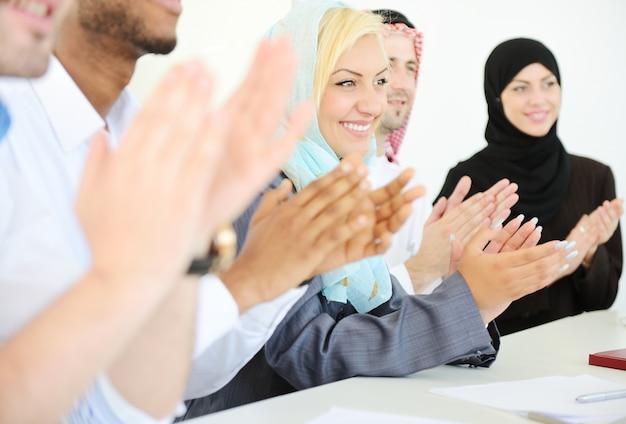 現代オフィスの中東のビジネスの人々