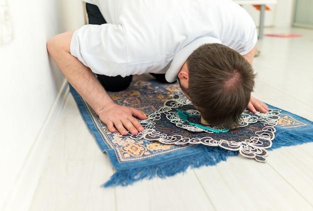 Люди из шиитского мусульманина используют камень из кербела для молитвы
