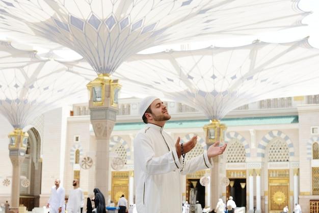メディナのモスクで祈るイスラム教徒