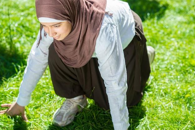 幸せなイスラム教徒の少女屋外