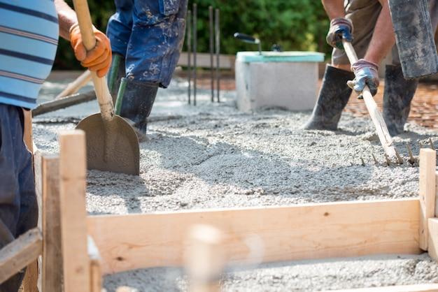 ホーム財団で労働者注ぐコンクリートミックス