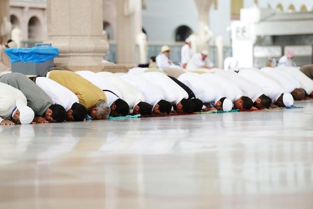 聖モスクで一緒に祈っているイスラム教徒