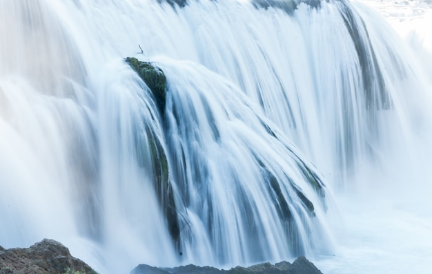 Красивый водопад рано утром