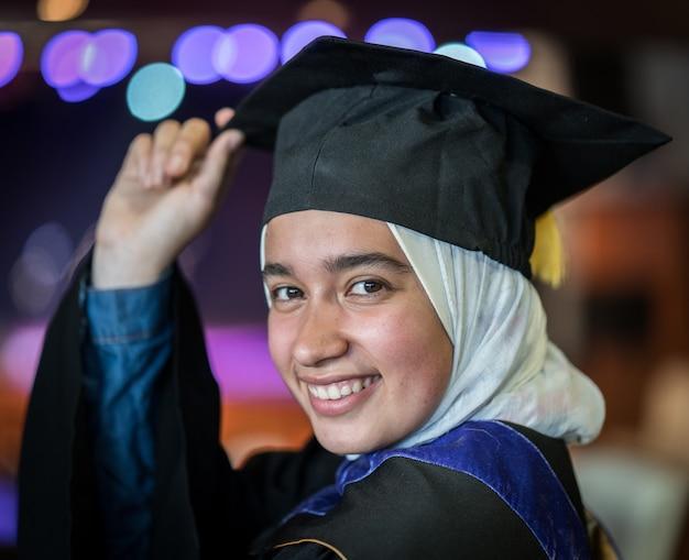 Мусульманская студентка на выпускной церемонии