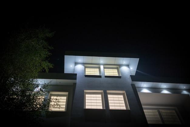 夜に新しい白い美しいモダンな家