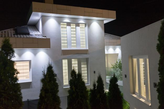 白い美しいモダンな家の夜景