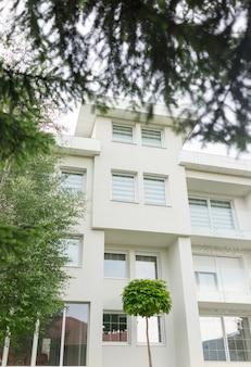 新しい白い美しいモダンな家