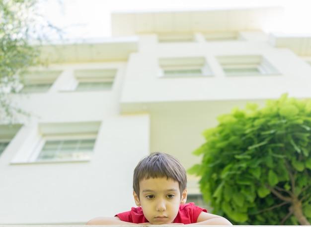 美しいモダンな家の裏庭で子供します。