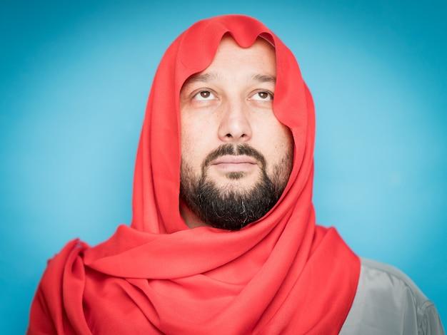 Взрослый мусульманин с шарфом на голове