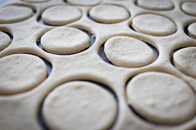 Стол с домашними пончиками во время процесса