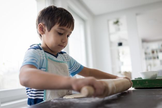 おいしいお菓子の生地を作る少年