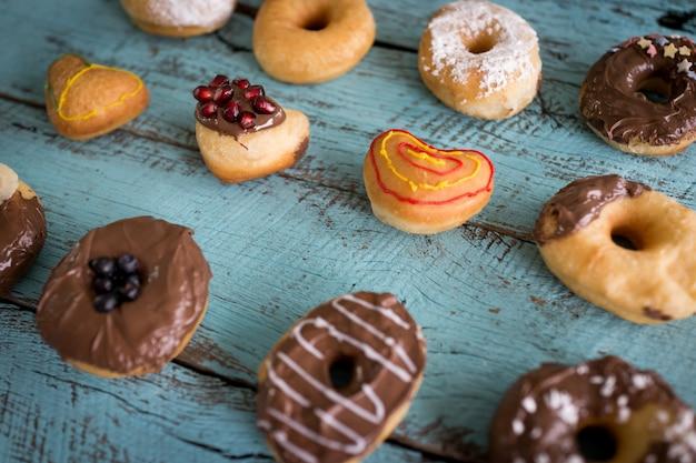 Красивый милый пончик во многих цветах