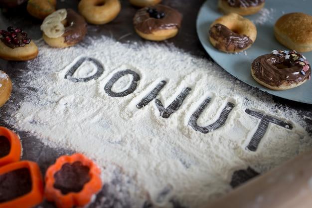 ドーナツの準備ができて生地の書かれた手紙