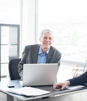 Деловые люди в офисе на встрече